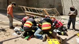 Andamio colapsa en Quito y obreros caen de seis metros de altura
