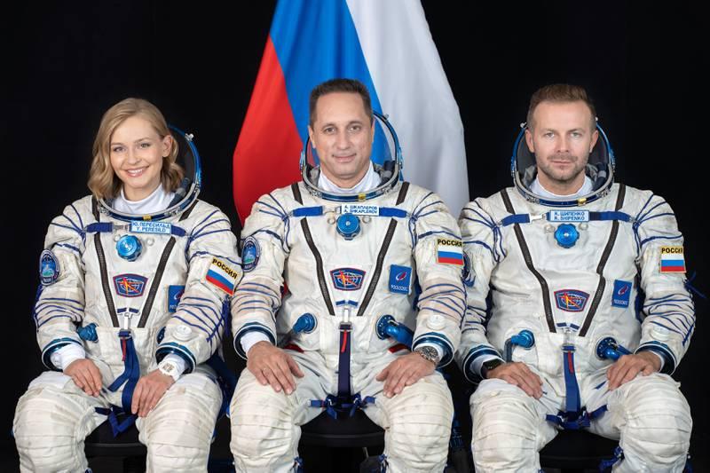 La actriz Yulia Peresild, el veterano cosmonauta ruso Anton Shkaplero y el productor de cine Klim Shipenko, de izquierda a derecha.