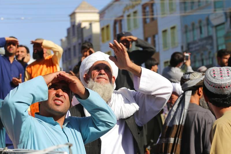 Talibanes cuelgan cadáveres en Afganistán