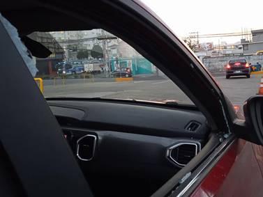 Ciudadano denuncia ataque durante el tráfico en Quito, donde rompen el vidrio